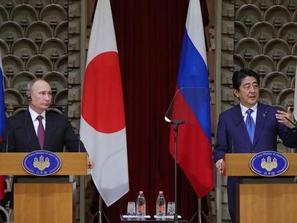 Президент РФ Владимир Путин и премьер-министр Японии Синдзо Абэ во время совместной пресс-конференции по итогам встречи в Токио