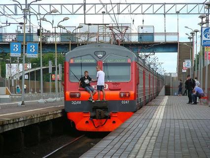 Подростки катаются на наружной поверхности хвостового вагона поезда