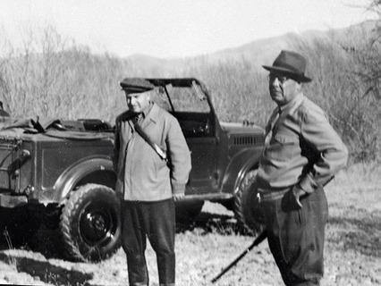 Леонид Ильич Брежнев (справа) на охоте