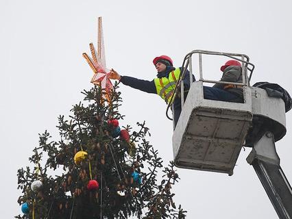 Рабочие украшают Новогоднюю ёлку на Соборной площади Кремля
