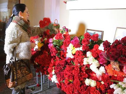 Цветы в память о погибших в крушении самолёта Ту-154 Минобороны РФ