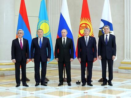 Владимир Путин на церемонии совместного фотографирования глав Высшего Евразийского экономического совета (ВЕЭС) перед заседанием в Санкт-Петербурге