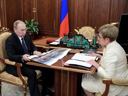 Владимир Путин и губернатор Мурманской области Марина Ковтун во время встречи в Кремле