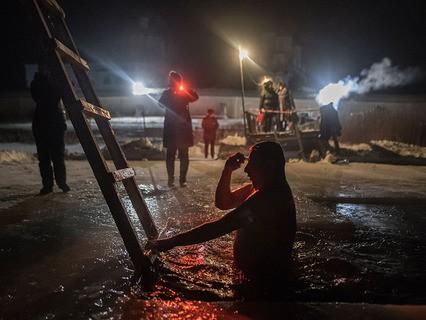 Верующие во время крещенского купания в Смоленской области