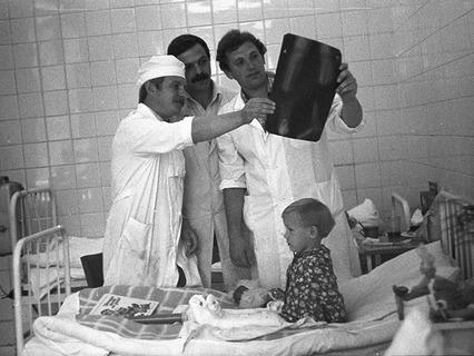 Врачи детской клинической больницы №13 им. Н.Ф. Филатова рассматривают рентгеновский снимок ног 3-летней Расы Прасцявичуте после успешной операции