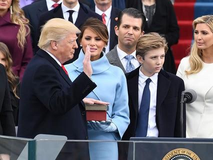 Дональд Трамп принимает присягу президента США