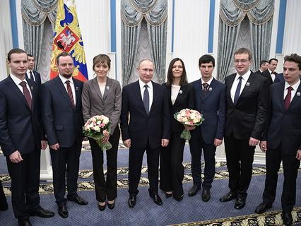 Владимир Путин с лауреатами на церемонии вручения премий президента РФ в области науки и инноваций для молодых учёных за 2016 год