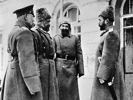 Верховный главнокомандующий император Николай II с генералами