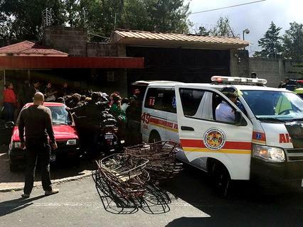 После пожара в реабилитационном центре для трудных подростков в Гватемале