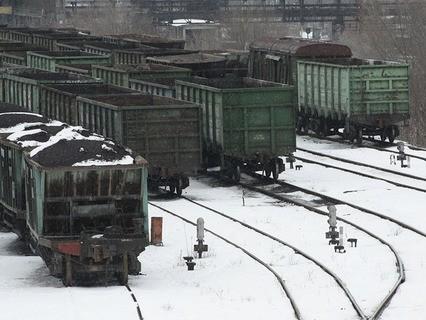 Вагоны с углём на железнодорожном вокзале