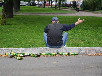 Пьяный мужчина в парке
