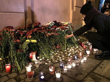 """Женщина возлагает цветы рядом со станцией метро """"Технологический институт"""" в память о погибших в результате взрыва в метрополитене Санкт-Петербурга"""