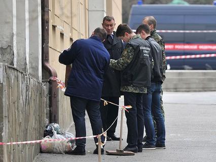 Сотрудники Следственного комитета на месте взрыва у школы в Ростове-на-Дону