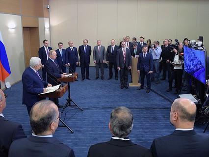 Президент Палестины Махмуд Аббас и президент России Владимир Путин принимают участие в церемонии открытия Культурно-спортивного центра в Вифлееме по телемосту из Сочи