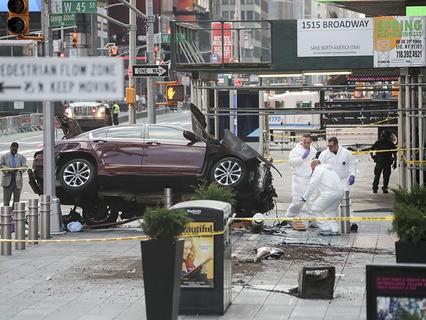 В центре Нью-Йорка автомобиль въехал в толпу людей