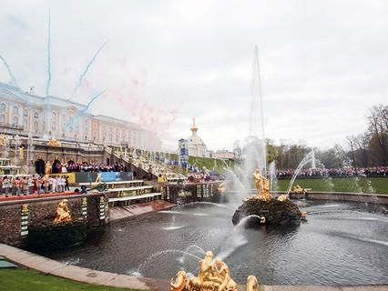 Театрализованный весенний праздник фонтанов в Петергофе