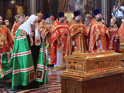 Патриарх Московский и всея Руси Кирилл в Храме Христа Спасителя, где находится ковчег с мощами святителя Николая Чудотворца