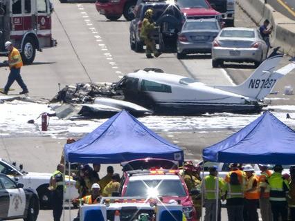 Легкомоторный самолёт упал на оживлённую трассу в Калифорнии