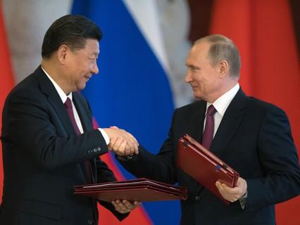 Председатель КНР Си Цзиньпин и президент РФ Владимир Путин во время церемонии подписания документов по итогам встречи