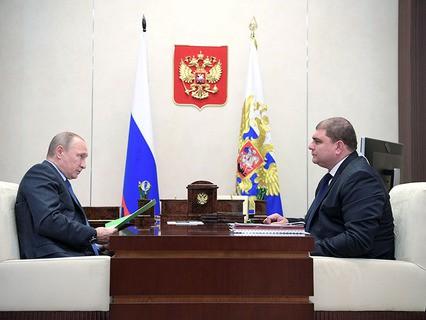 Владимир Путин и губернатор Орловской области Вадим Потомский во время встречи