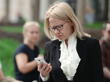 Женщина с телефоном на улице Москвы