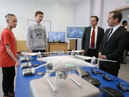 Дмитрий Медведев во время посещения средней общеобразовательной школы №36 в Великом Новгороде