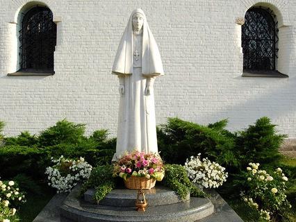 Памятник великой княгине Елизавете Фёдоровне в Марфо-Мариинской обители