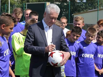 Мэр Москвы Сергей Собянин с юными футболистами во время посещения школы олимпийского резерва № 27