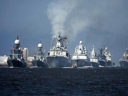 Корабли Военно-морских сил России во время парада в честь Дня ВМФ России в Кронштадте