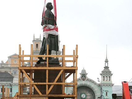Монтаж памятника Максиму Горькому на площади Тверская Застава