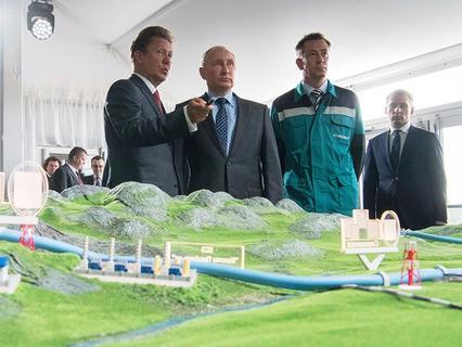 """Владимир Путин осматривает макет магистрального газопровода """"Сила Сибири"""""""