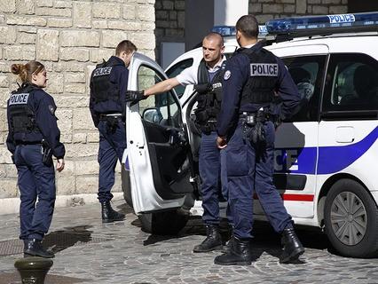 Неизвестный протаранил группу военных в пригороде Парижа