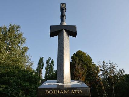 Памятник воинам АТО, выполненный в виде вонзённого в карту России меча