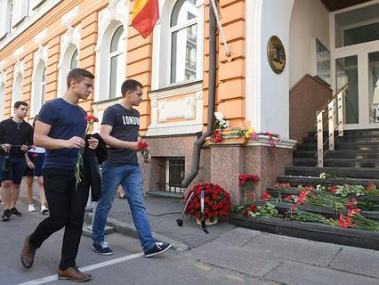 Жители Москвы несут цветы к зданию посольства Испании в память о жертвах теракта в Барселоне