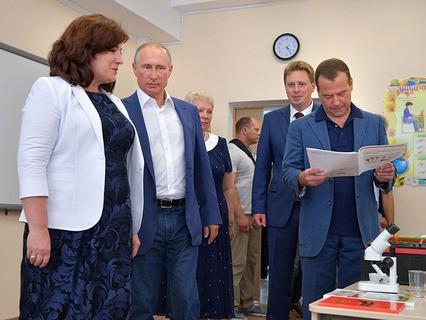 Владимир Путин и Дмитрий Медведев во время посещения нового образовательного центра в Севастополе