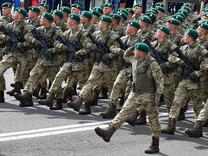 Украинские военнослужащие на параде в честь Дня независимости в Киеве