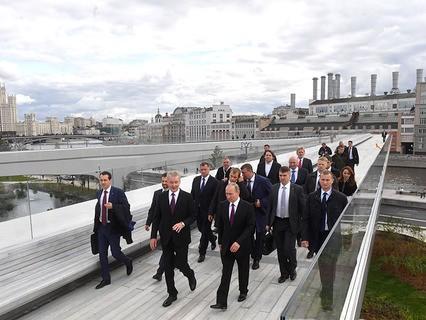 """Владимир Путин во время посещения ландшафтного парка """"Зарядье"""""""