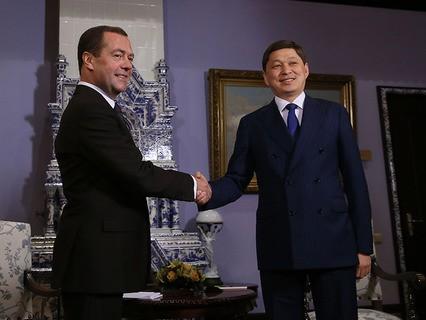 Председатель правительства России Дмитрий Медведев и премьер-министр Киргизии Сапар Исаков во время встречи
