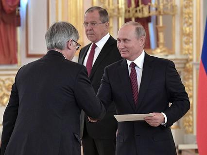 Владимир Путин и чрезвычайный и полномочный посол Испании Игнасио Ибаньес Рубио на церемонии вручения верительных грамот