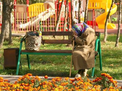 Одинокая пожилая женщина