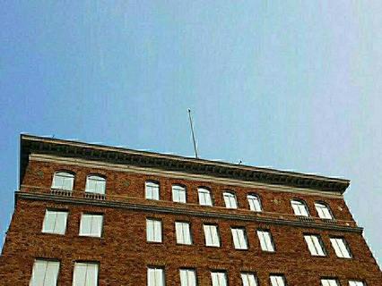 С закрытых российских консульских объектов в Сан-Франциско и с торгпредставительства в Вашингтоне были сорваны флаги России