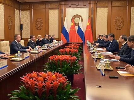 Председатель правительства РФ Дмитрий Медведев и председатель КНР Си Цзиньпин во время встречи в Пекине