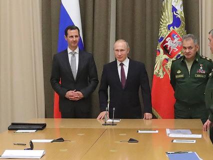 Президент Сирии Башар Асад и президент России Владимир Путин во время представления сирийского президента руководящему составу Минобороны РФ и Генштаба ВС РФ