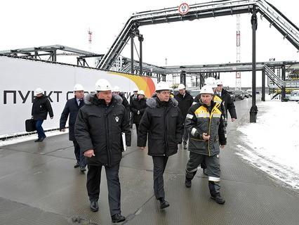 Дмитрий Медведев во время осмотра технологических объектов центрального пункта сбора нефти на Кондинском нефтяном месторождении в Ханты-Мансийском автономном округе