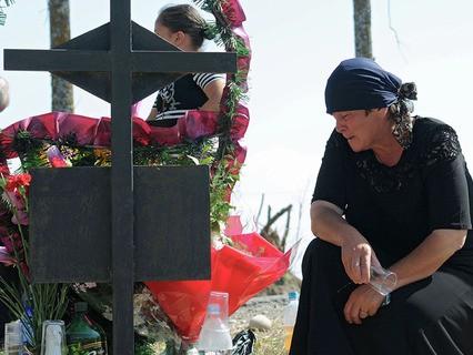 Жительница Цхинвала на могиле сотрудника ОМОНа, погибшего в результате боевых действий в 2008 году