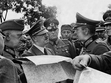 Адольф Гитлер в окружении генералов