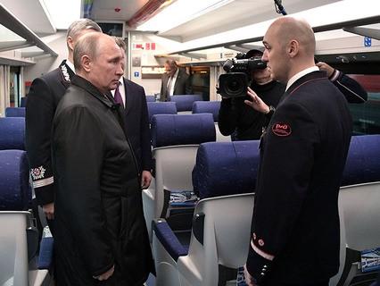 """Владимир Путин во время осмотра образца вагона поезда в депо на станции """"Москва-Киевская"""""""