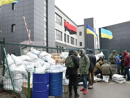 В Киеве радикалы устроили блокаду офиса телеканала NewsOne