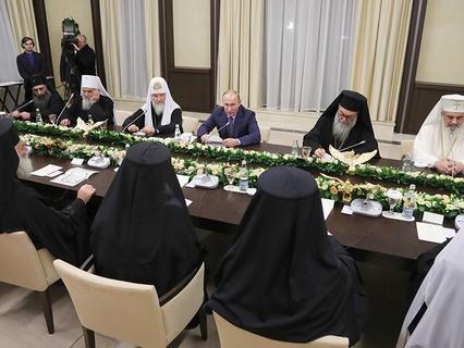 Владимир Путин во время встречи с главами делегаций поместных православных церквей
