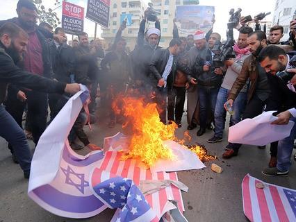 На территории Палестины демонстранты жгут портреты американского президента